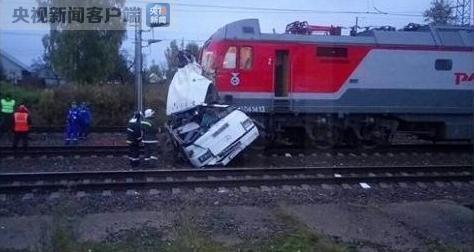 俄罗斯火车与大巴相撞致19人遇难